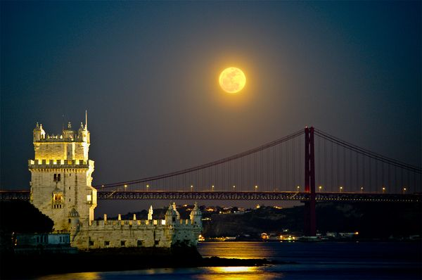 BiggestMoon2013-super-moon-largest-lisbon-portugal_33535_600x450