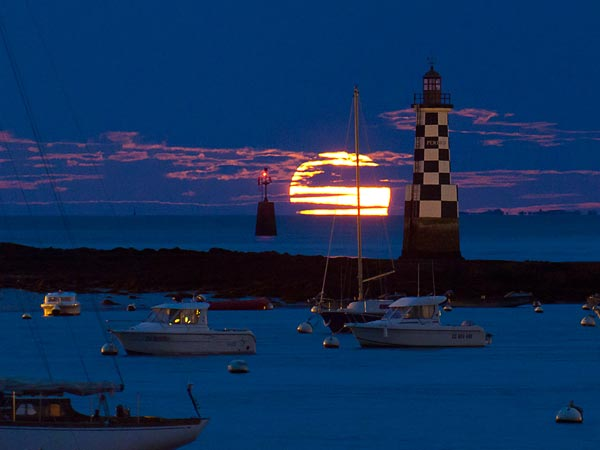 BiggestMoon2013-supermoon-lunar-perigee-seen-may-2012-lighthouse_52630_600x450