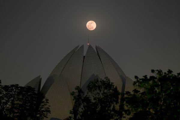 BiggestMoon2013-supermoon-lunar-perigee-seen-may-2012-lotus-temple_52631_600x450